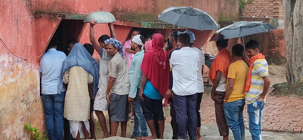 अफवाहों पर भारी उत्साह, तेज बारिश भी न रोक सकी वैक्सीन लगवाने निकले लोगों की राह