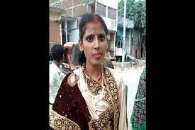 चोरी से मिल रहे प्रेमी युगल को ग्रामीणों ने पकड़ कर करा दी शादी, फेरों के बाद दुल्हन को बीच रास्ते छोड़कर भागा दूल्हा