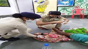 खाकी के अंदर छुपी मां की ममता बाहर आई, विक्षिप्त महिला की गोद में पड़ी नवजात को महिला RPF ने पिलाया दूध