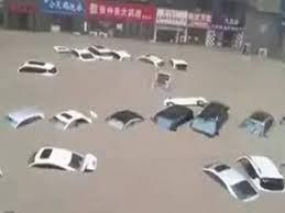 इस शहर में बाढ़ ने मचाई भारी तबाही, सड़कों पर तैर रहीं कारें