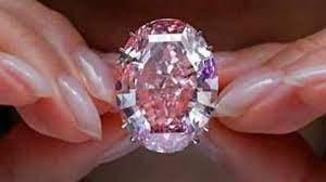 शोरूम में पहुंची महिला, हाथ की सफाई से चुरा लिए 42 करोड़ के हीरे!