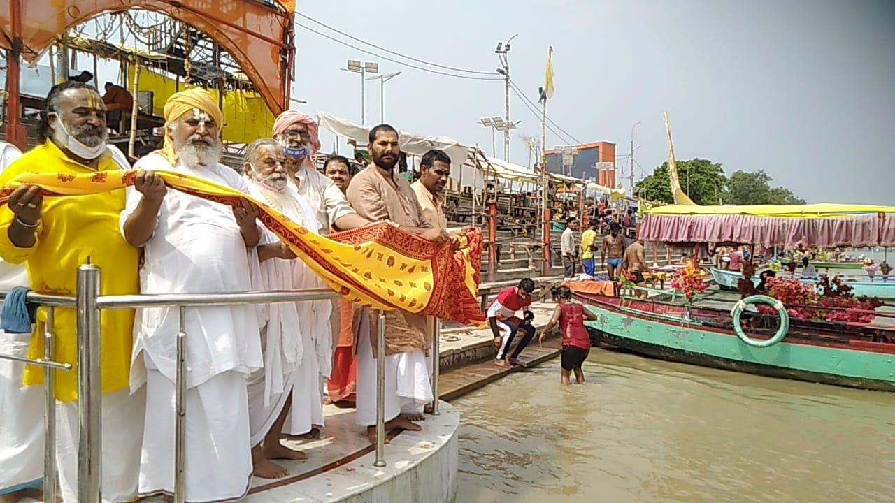 अयोध्या में राममंदिर निर्माण बांधा मुक्ति हेतु माँ सरयू को चढ़ाए गई चुनरी