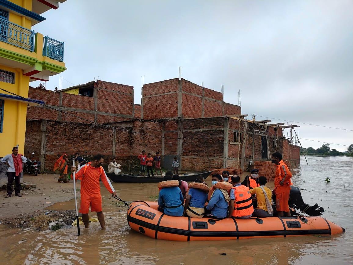 बलिया: एनडीआरएफ ने बाढ़ प्रभावित गावों में चलाया रेस्क्यू ऑपरेशन, लोगो को सुरक्षित निकाला