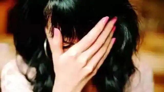 कमरे में अकेली लड़की के साथ इंस्पेक्टर ने किया बलात्कार