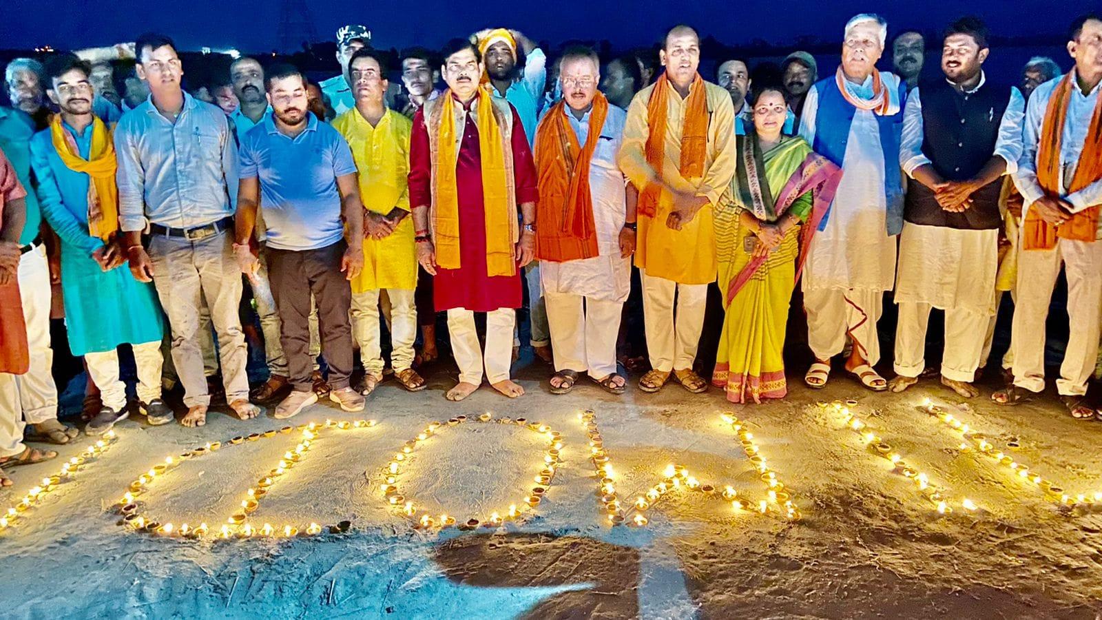 नारायणी रिवरफ्रंट पर 1071 दीपक जलाकर मनाया गया प्रधानमंत्री मोदी का जन्मदिन