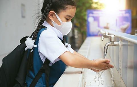 अभिभावक और शिक्षक बच्चों से नियमित हाथ धोने व मास्क लगाने की करें चर्चा