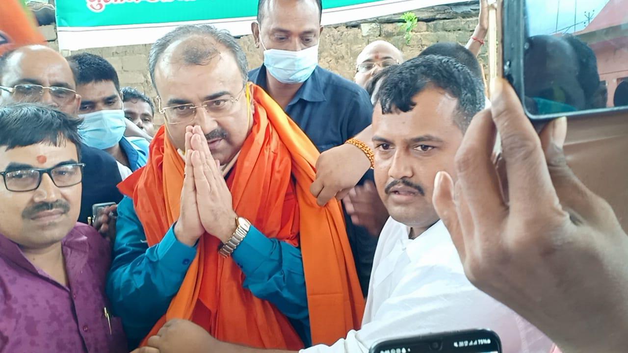 शहीदों को सम्मान देने वाले स्वास्थ्य मंत्री को गाजे-बाजे, फूल- माला और अंग वस्त्र के साथ किया सम्मान …