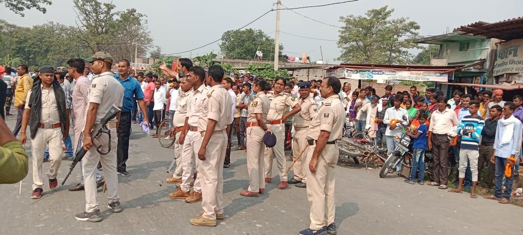 अनियंत्रित भीड़ को खदेड़ने के लिए पुलिस ने चटकाई लाठी