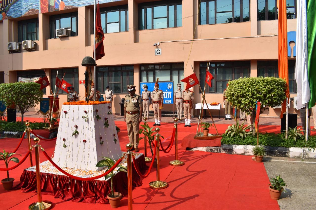 'पुलिस स्मृति दिवस' के अवसर पर शहीदों को श्रद्धांजलि अर्पित किया गया.
